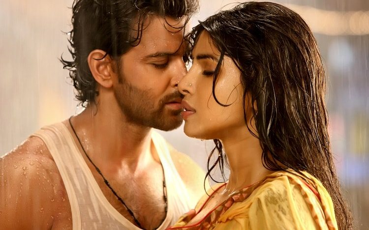 Priyanka-Chopra-wait-in-Saree-Movie-Still