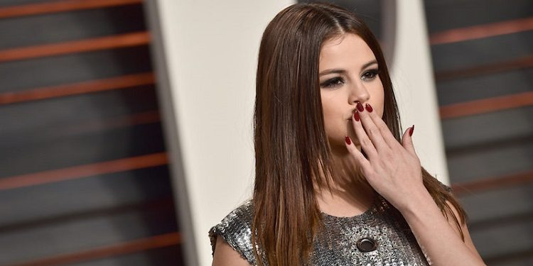 elite-daily-selena-gomez-with-flying-kiss