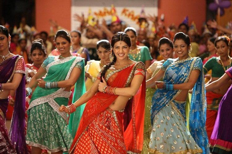 priyanka-chopra-hot-naval-show-in-saree